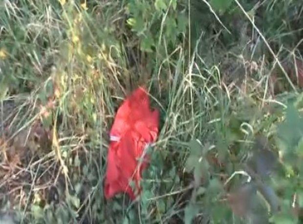 виж галерията Разкъсана червена спортна блузка е открита на метри от