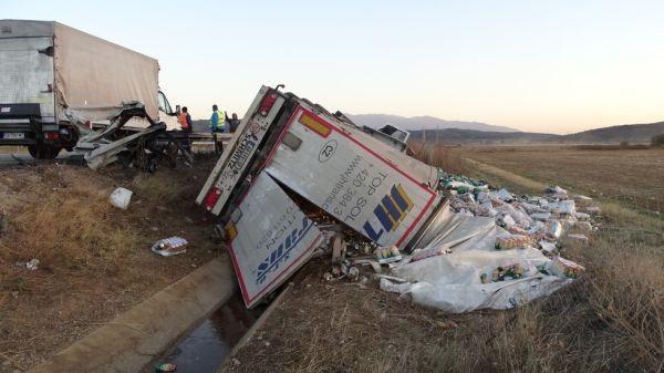 Товарен автомобил със сръбска регистрация излезе от пътя на 40-ия