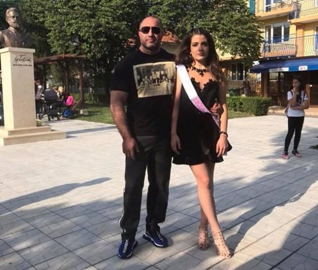 19-годишната Ивелина Желязкова стана шефка на такситата в Слънчев бряг.Младата