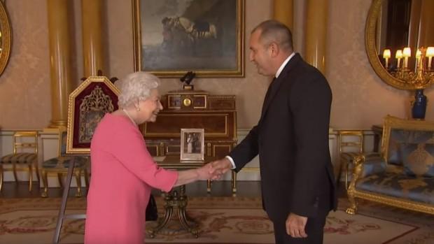 Кралица Елизабет II приев Бъкингамския дворец президента Румен Радеви съпругата