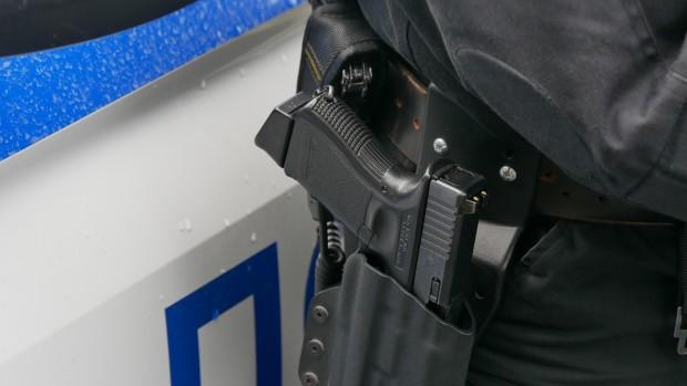 <div Трима полицаи са пострадали, след като били нападнати от