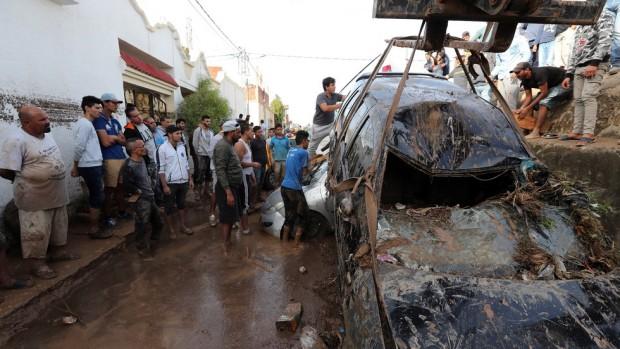 Най-малко петима души загинаха след огромни наводнения в Тунис. Сред