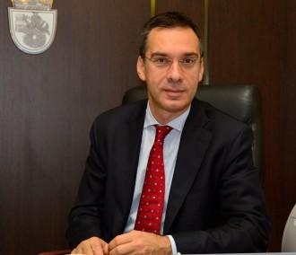 >Димитър Николов, заедно със зам.-кмета д-р Лорис Мануелян, отправя поздрав