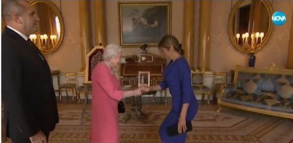 Снимка: Българска шевица на ревера на британската кралица