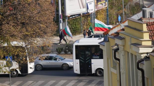 Стотици коли и граждани със знамена се включиха в протестасрещу