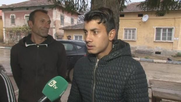 Охранител размаха метална палка срещу 17-годишен ученик в училищен автобус.