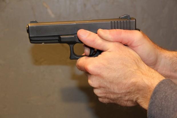 Изнервен младеж откри стрелба с газов пистолет по част от