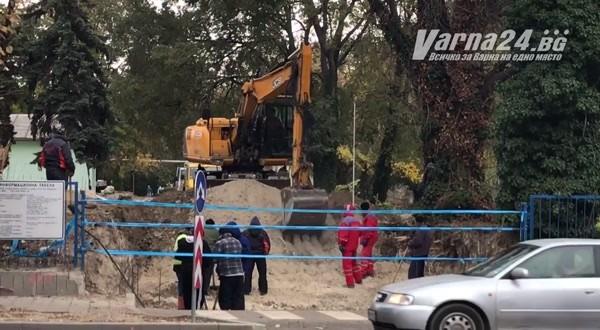 Varna24.bg.Багер копае и изхвърля тонове пръст, за да разчисти място