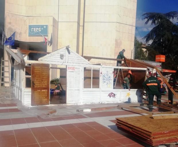 Започна монтирането на къщичките за традиционния Коледно-новогодишен базар в Благоевград.