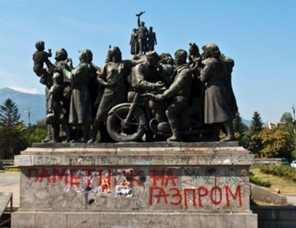 24 часа Полицаи арестуваха 22-годишен младеж, осквернил Паметника на съветската армия