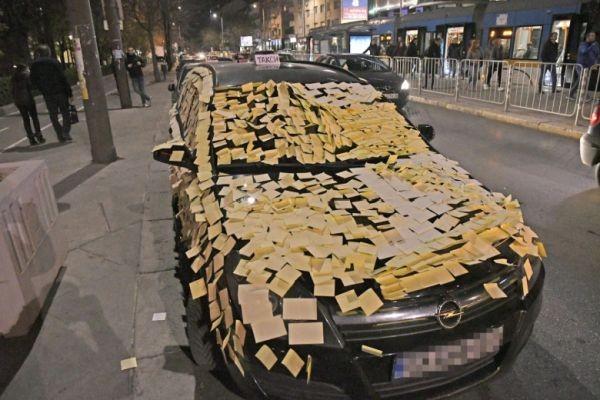 Фейсбук Шофьори налепиха с мемори стикери автомобил, паркиран на стоянката