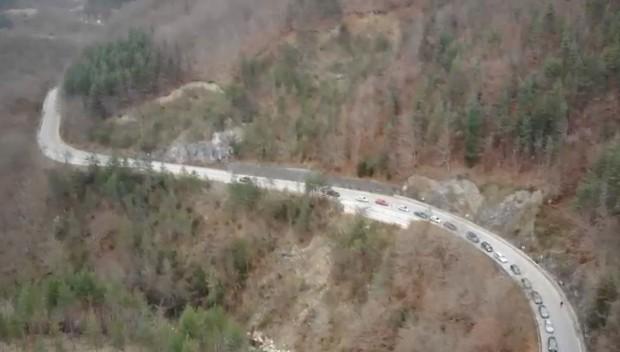 Земна маса се свлече на пътя край Чепеларе в следобедните