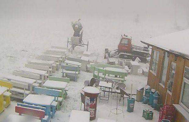 Сняг вали в района на