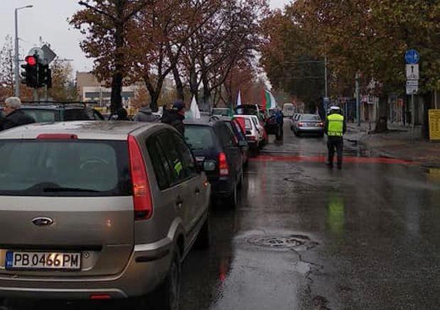Протестното шествие в Пловдив, в което участват около 100 автомобила,