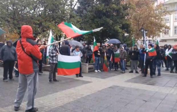 Около 100 души протестират срещу социалната несправедливост пред сградата на