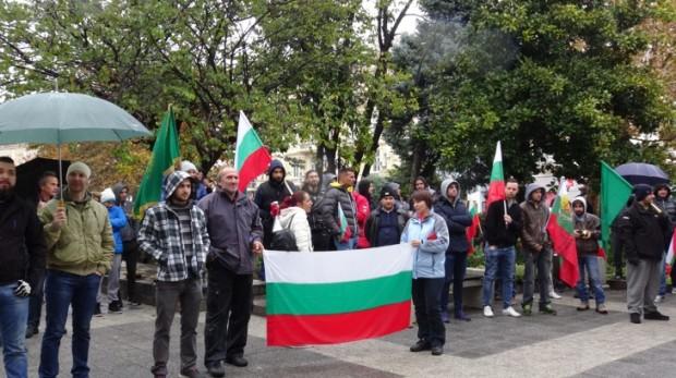 Около стотина души се събраха пред община Пловдив на протест.