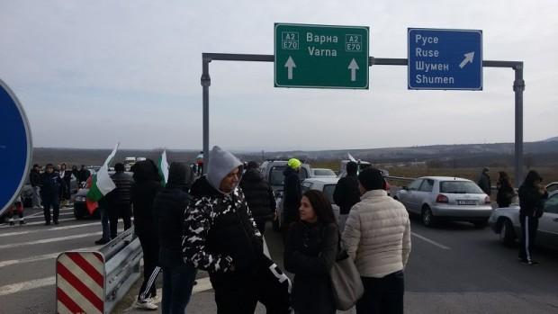 Протестиращи граждани са затворили принудително движението за автомобили на пътен