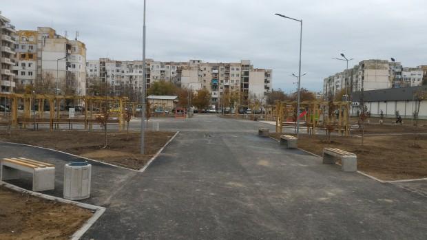 Монтирани са съоръженията на детската площадка в новия парк в