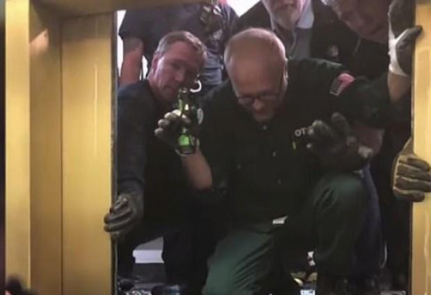 Шест души оцеляха след като асансьор падна от 95-ия до
