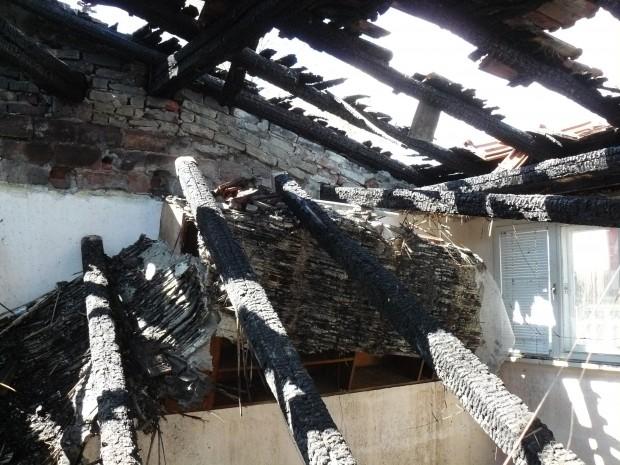<div > Архивна снимкаОгънят е потушен от два противопожарни автомобила