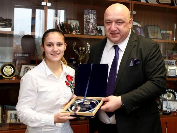 Министърът на младежта и спорта Красен Кралев връчи почетeн плакет