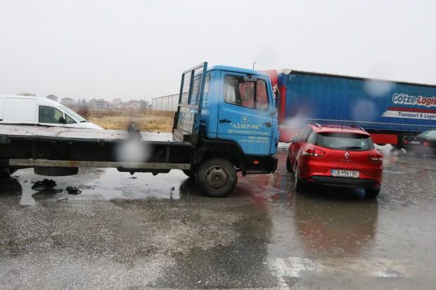 Катастрофа с участието на товарен и два леки автомобила е
