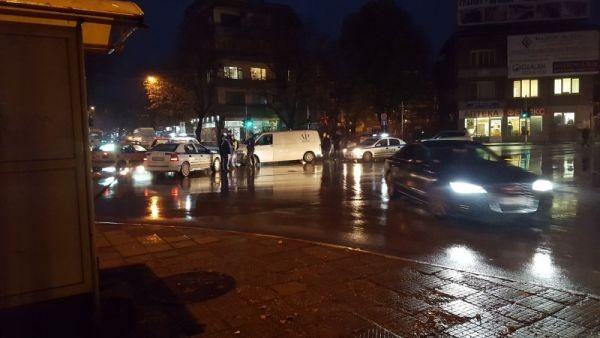 Социалните мрежи публикуваха снимки на инцидент между кола и инкасо