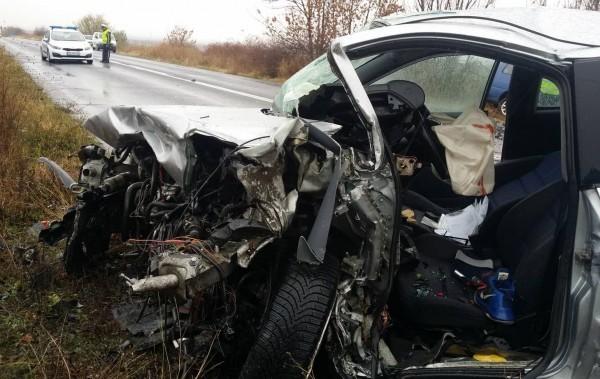 Изясняват се причините и обстоятелствата около тежкия пътен инцидент, при