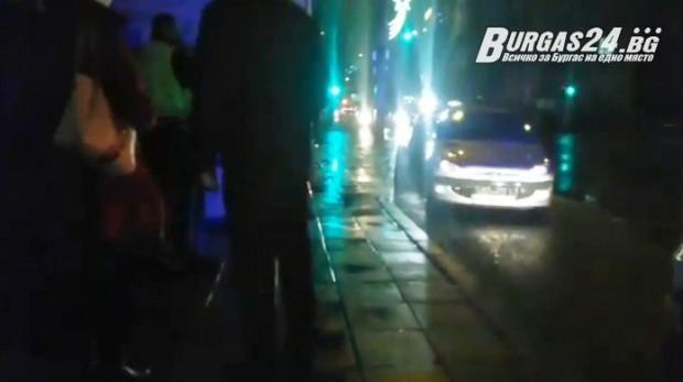 <div Мъж се хвърли върху капака на автомобил на кръстовището