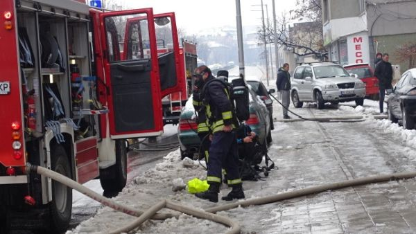 БГНЕС Две жени бяха откарани в болница, след като пожар пламна