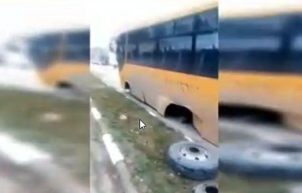Ученически автобус остана без гуми по време на движение. Превозното