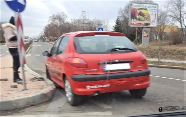 <div Млада шофьорка не можа да вземе завоя и удари
