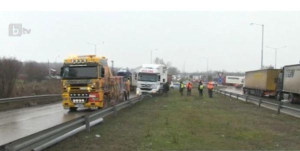 Петчасов екшън се разигра край Дунав мост заради турски камион.