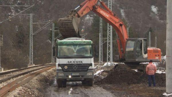 Снимка: Десетки влакове минават по трасето край Своге, където дерайлира локомотив