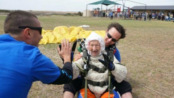102-годишната австралийка Илейн О`Шей доказа, че за смелото сърце няма