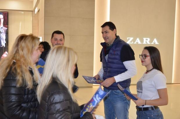 виж галерията Кметът Иван Тотев се включи в доброволческа информационна кампания,