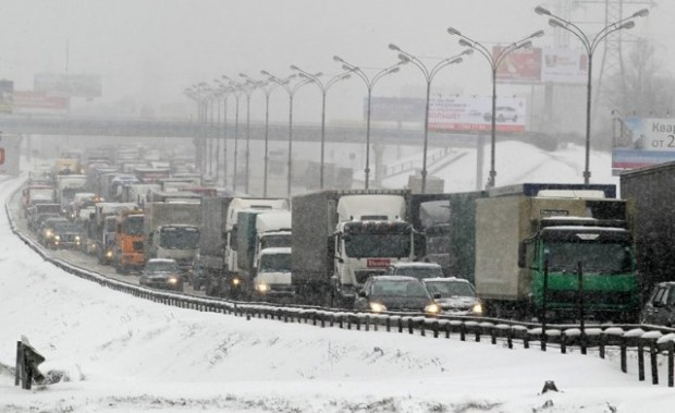 БГНЕС Снеговалежът затрудни движението по основните пътни артерии в страната.Зрители на