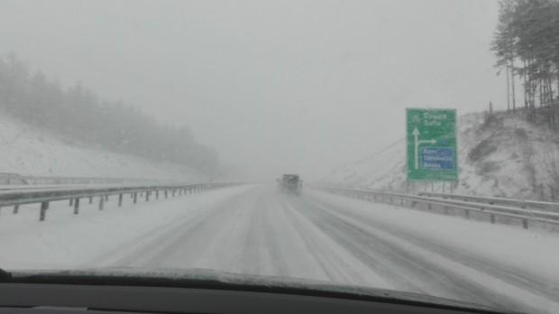 Усложнена е пътната обстановка в страната, съобщава МВР. Силен снеговалеж