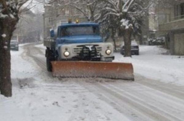 10 машини почистват главните пътни артерии в Благоевград. Дежурните екипи