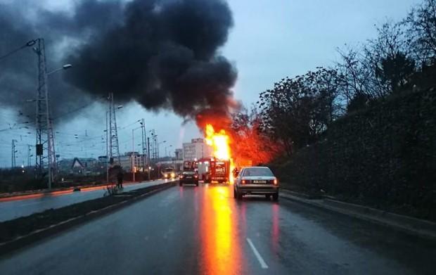 Фейсбук Варненската полиция внесе яснота за пламналия вчера камион за боклук