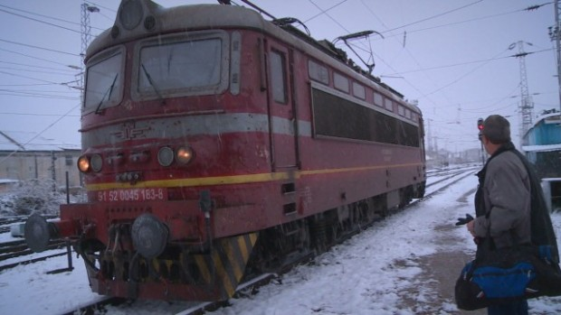 От 06:12 ч. днес е преустановено движението на влаковете в
