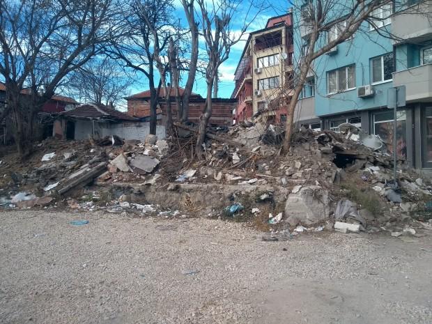 Читател на Plovdiv24.bg алармира за струпани отпадъци в район