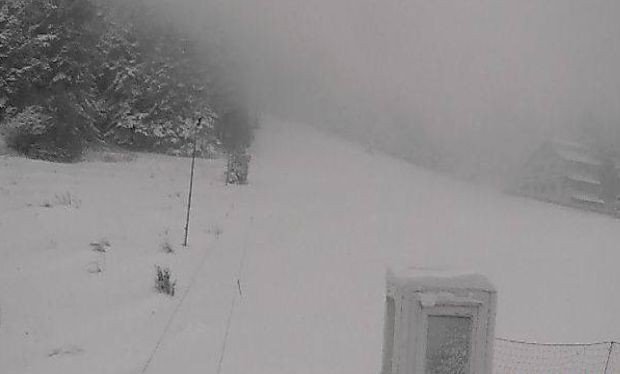 Силен сняг вали в момента в района на
