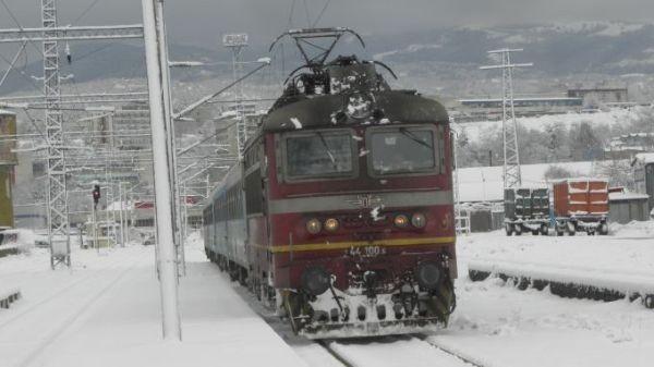 Движението на влаковете в страната се осъществява нормално, въпреки усложнената