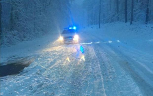 Снегът, който непрекъснато вали вече почти 24 часа, затруднява много