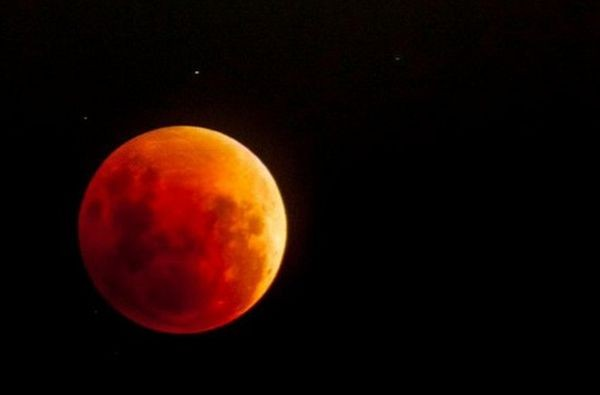Пълно луннозатъмнениеще може да бъде наблюдавано от Северна и Южна