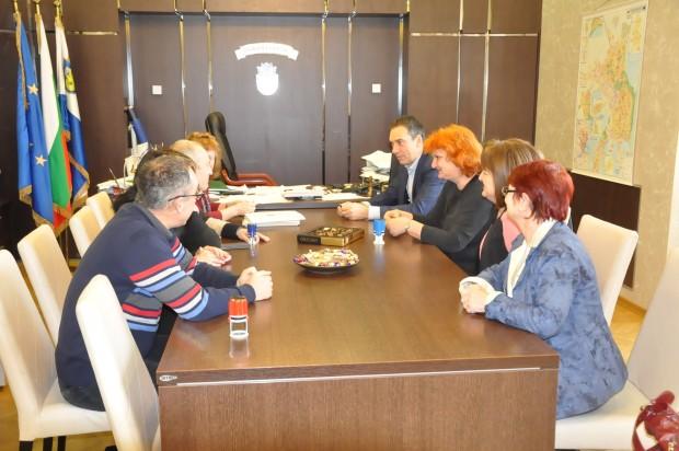 Кметът Димитър Николов и представители на учителските синдикати в Бургас
