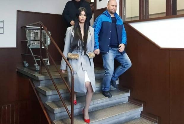 Снимка: Цирк! Мегз се появи в съда в Пловдив, май ще разваля семейство!