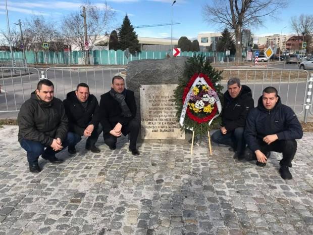 Местната структурана ВМРОподнесе венец на паметника в квартал