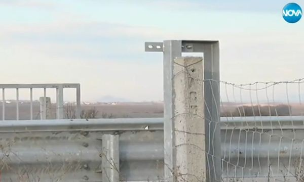 Крадци задигнаха парапети от надлезина магистрала